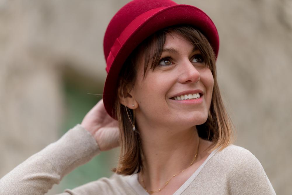photo femme chapeau rouge souriante 2