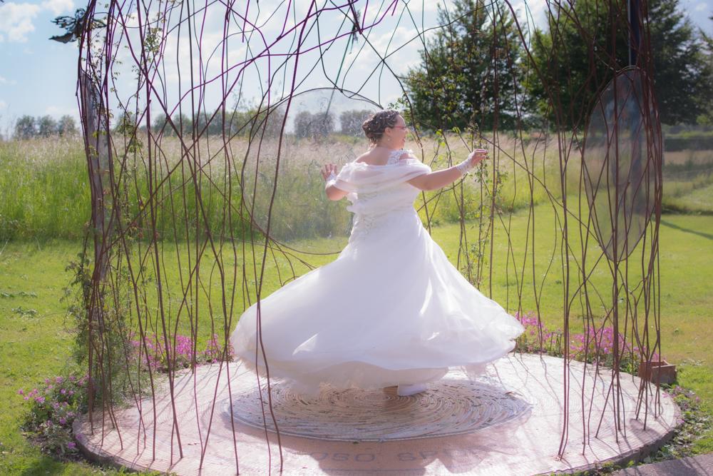 mariée faisant tourner sa robe