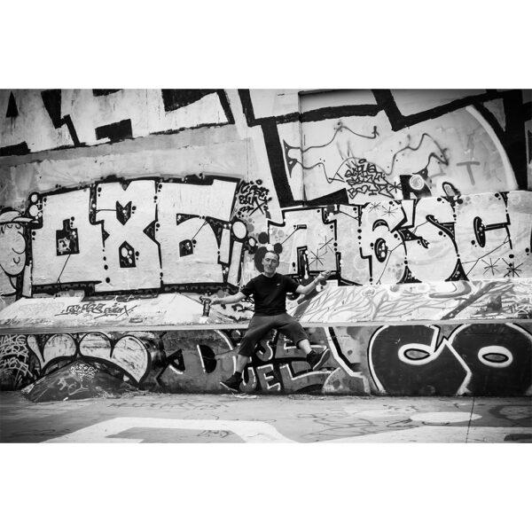 homme devant graffiti